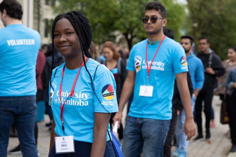 A group of Orientation Volunteers and new students walking on campus during Orientation.